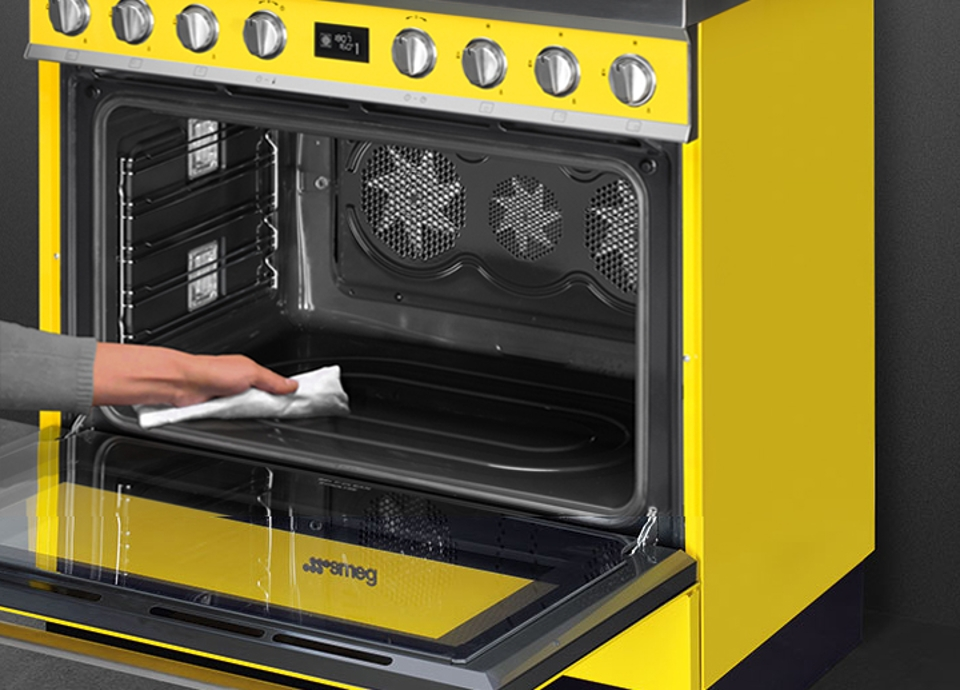 Cookers with pyrolytic ovens